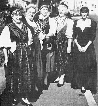 V šumavském kroji (prvá zleva) s Olgou Hartmetz-Sagerovou (druhá zleva) a Brigitte Schweigl-Braunovou vměstském kroji se zlatým čepcem (prvá zprava), s níž vydala idokumentaci o šumavském mečovém tanci