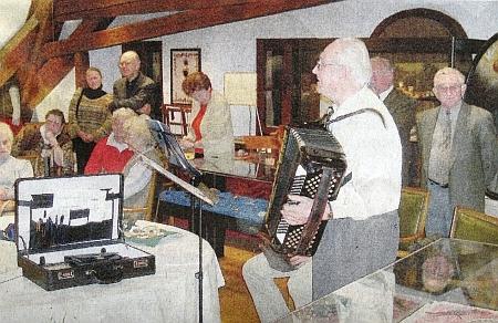 Tady zahrál na harmoniku roku 2005 v tachovském krajanském muzeu, jehož vznik umožnilo patronátní bavorské město Weiden
