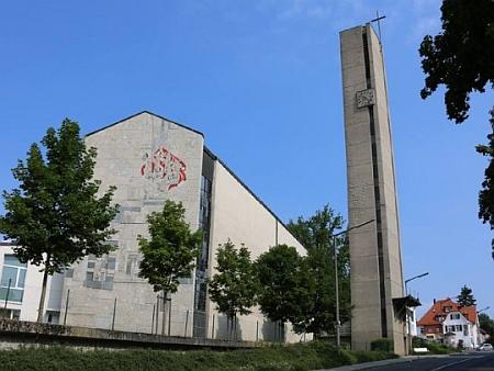 Jeho projektem je tento katolický kostel sv. Josefa dělníka v Zirndorfu