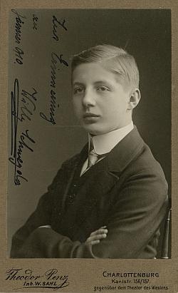 Na podepsaném snímku z roku 1910
