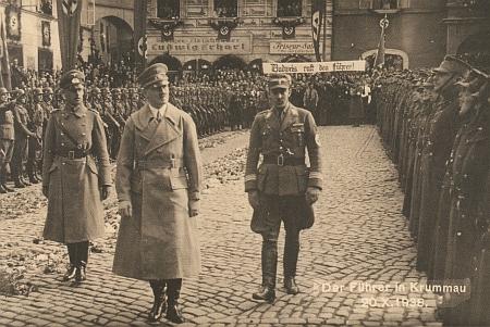 Historická pohlednice, zachycující návštěvu Českého Krumlova Adolfem Hitlerem 20. října 1938, kdy JUDr. Adolf Schwarzenberg aJUDr.Jindřich Schwarzenberg dali příkaz zamknout všechny zámecké brány