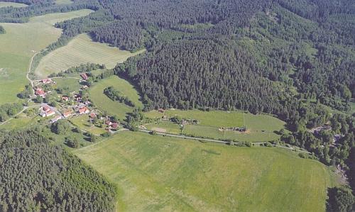 Letecký snímek části obce Lazec z května 2011