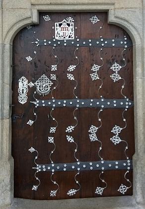 Vstupní portál mariánského kostela v Kájově na detailních snímcích...