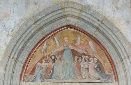 Vstupní portál mariánského kostela v Kájově na detailním snímku Hanse Schopfa...