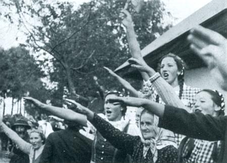 Takto vítal se slovy: Díky Bohu, že jste tady, pane generále, glöckelberský starosta Kary a jeho spoluobčané německé vojsko na podzim osudného roku 1938 (snímky  z nacistické propagační publikace)