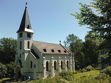 Opravený kostel ve Zvonkové - kromě něj zůstalo stát jen jediné stavení...