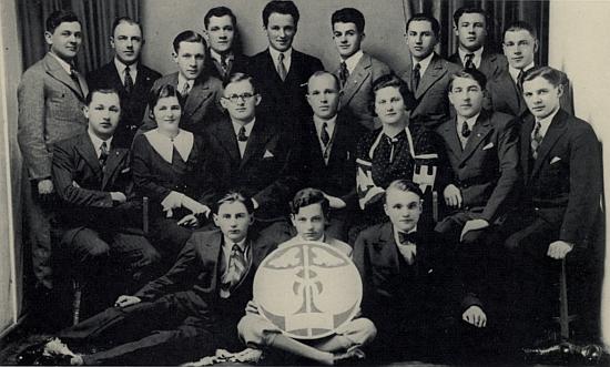 Na snímku vimperské organizace německého sdružení obchodních příručích z roku 1937 stojí druhý zleva