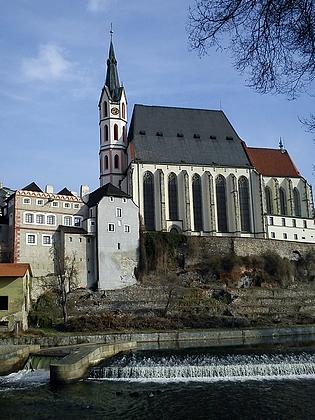 Kostel sv. Víta v Českém Krumlově (vlevo hudební škola)