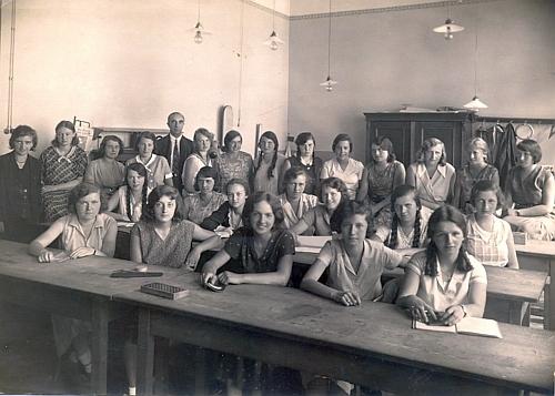 Její sestru Theodoru bychom našli i mezi žačkami odborné školy pro ženská povolání v Praze (školní rok 1930/1931)