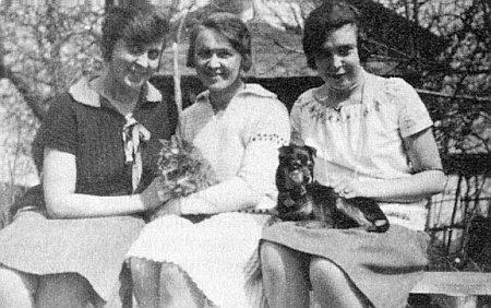 Tři dcery Kolaczekovy: zleva Constanze, Marianne a Theodora v roce 1929