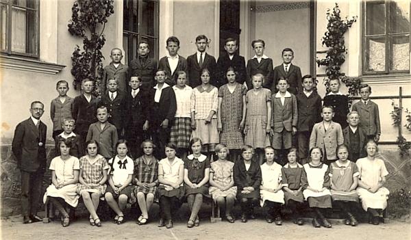 Druhá třída kaplické měšťanky v roce 1927 s odborným učitelem Hansem Sailerem - v prvé řadě druhá zleva sedí Dora (Theodora) Kolaczeková, její sestra