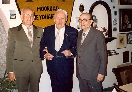 """Tady stojí napravo při představení """"Budějovické jizby"""" v Moorbad Neydharting vedle Otto Stöbera - expozice byla postižena povodněmi v roce 2002"""