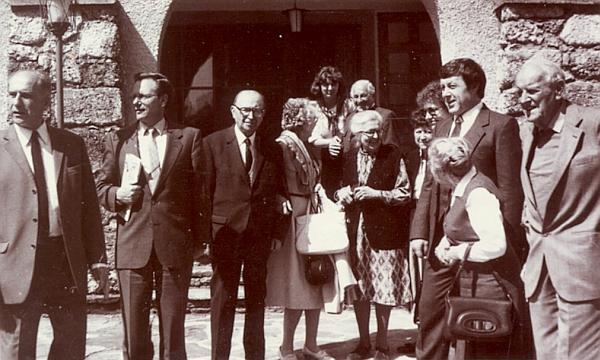 Se svou ženou a jejími sestrami stojí uprostřed snímku z Bad Neydharting roku 1985