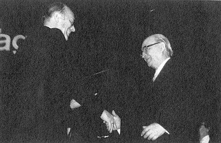 Z rukou Dr. Waltera Bechera přijímá o Sudetoněmeckém dnu roku 1980 ve Stuttgartu Kulturní cenu za vědeckou činnost