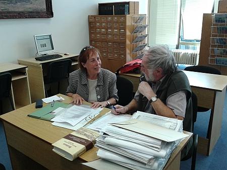 Jeho manželka, germanistka a romanistka Dr. Margarete Sedlmeyerová v roce 2015 v Jihočeské vědecké knihovně s Janem Marešem při předávání cenných dokumentů do sbírek knihovny