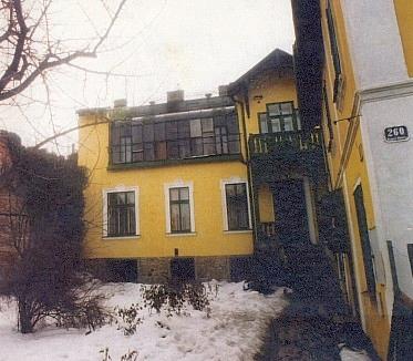 """Dům, do kterého podle textu pod fotografií v Lidových novinách z roku 1997 """"...již několik let zatéká"""", je dnes sídlem příkladného muzea (viz Josef Seidel)"""