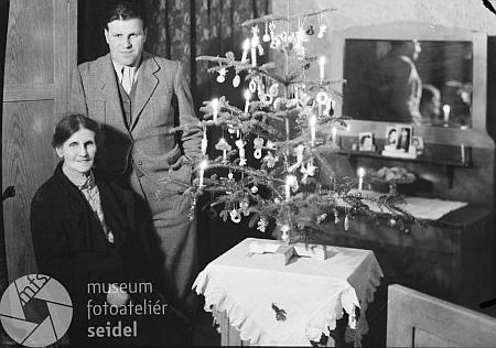 S maminkou u vánočního stromku v posledním roce války