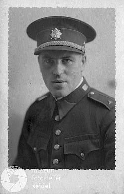 V uniformě meziválečné československé armády na nedatovaném snímku