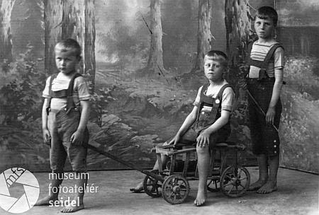 S bratry v dětském věku na nedatovaném snímku
