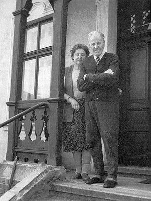 Se svou paní na zápraží dnes už proslulého domu s fotoateliérem