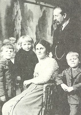 S manželkou a dětmi na snímku někdy kolem roku 1915