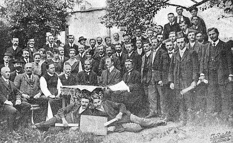 I tento snímek školení příslušníků družstevního hnutí v Hořicích z května 1920 má v rohu signaturu jeho firmy