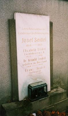 Hrob Josefa a Franze Seidelových na českokrumlovském hřbitově, kus nad ohybem řeky zvaným Rozsyp (Roßzipf)