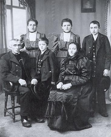 """Jeho snímek selské rodiny z Lužné byl součástí výstavy """"Böhmerwald - Land und Leute in alten Photos"""" ve Východoněmecké galerii v Řezně roku 1983"""