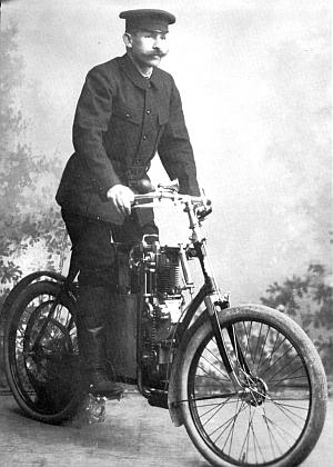Na motorovém kole asi roku 1905