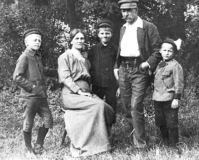 Rodina Seidelova v zahradě u domu po roce 1913