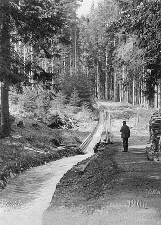 Fotografie z roku 1900 zachycuje ústí Jezerního potoka do Schwarzenberského kanálu a nese také Seidelovo firemní označení