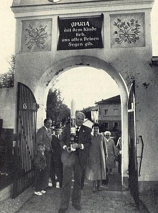 """Jeho nástupce v roli """"pověřence domovské obce"""" Günther Burkon vstupuje na hřbitov v Neukirchen beim Heiligen Blut, kde jsou pochováni i Mathilde Baumannová a Franz Xaver Siebzehnriebl..."""