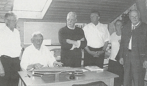 """Jeho nástupce Günther Burkon, zde zcela vpravo stojící při otevření""""Nýrského muzea"""" v Neukirchen beim Heiligen Blut"""