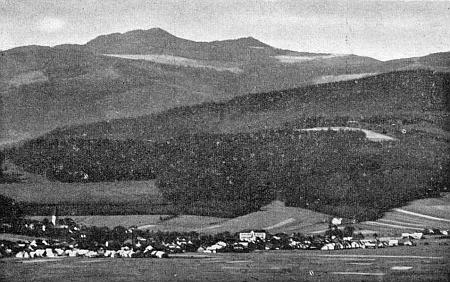 Nýrsko v pozadí s dvojvrcholem Ostrého