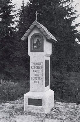 """V roce 1988 byla na někdejší """"kostelní stezce"""" z Finsterau do Knížecích Plání vysvěcena tato boží muka"""