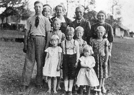 Vepředu odleva Rosl, Helmut a Traudl, uprostřed Hubert, Moritz, Edi a Annerl a vzadu Hilda, matka Marie, otec Michl a Elsa