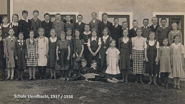 Mezi žáky školy v Polce ze školního roku 1937/38 by měla být ona ta zcela napravo stojící ve druhé řadě