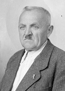Patrně prvním doloženým nájemcem chaty na Plešném jezeře byl v letech 1914-1926 Karl Buckholz, odtud později přešel do restaurace U Pstruha na Stožci (viz Alferd Kubin), turistické chaty na Kleti a do roku 1945 byl nájemcem nádražní restaurace v Českém Krumlově (foto Franz Seidel, 1942)