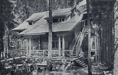 Jiný snímek chaty, oživený i návštěvníky