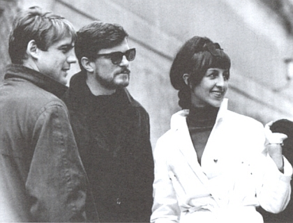"""Bruno Ganz s Janem Kačerem a Ninou Divíškovou při natáčení filmu """"Der sanfte Lauf"""" (1966)"""