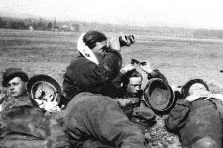 """V lednu 1945 u tehdy k """"říšskému"""" Štýrsku připojeného slovinského města Rann an der Save (dnes Brežice) je tu jako šestnáctiletý chlapec při ochranném valu jedné z protileteckých baterií na snímku zachycen zcela nalevo ve vojenské čepici"""