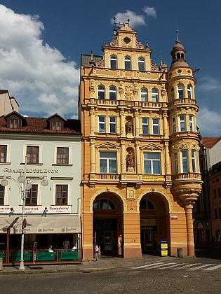 """Ve druhém poschodí tohoto domu na českobudějovickém náměstí nad Café Central bydlil se svými rodiči od roku 1934 (v domě se narodil Norbet Frýd), než se v roce 1938 přestěhovali do Českého Krumlova (za války """"Krummau an der Moldau""""), kde měl otec založit pobočku Kreditanstallt der Deutschen"""