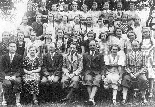 Sedí hned prvý zleva v prvé řadě jako učitel na měšťanské škole ve Volarech, ten třetí zprava je ředitel školy Josef Bürger, také jeden ze šumavských autorů
