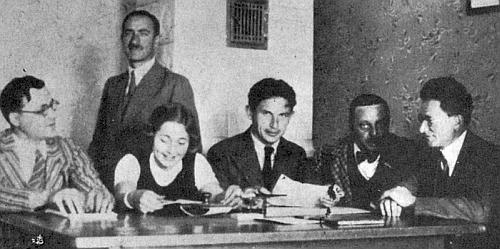 Se členy učitelského sboru měšťanské školy ve Volarech v roce 1937, napravo od něho s motýlkem sedí Karl Gaier