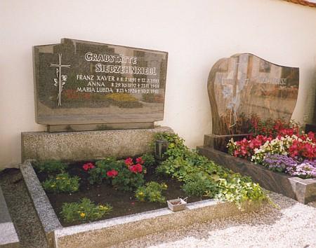 Hrob v Neukirchen beim Heiligen Blut (česky se tam říkalo Svatá Krev) vedle hrobu Mathilde Baumannové