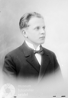 Ve 20 letech se 20. května 1924 dal takto vyfotografovat včeskokrumlovském fotoateliéru Josefa Seidela