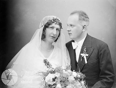 Jeho svatební fotografie z téhož fotoateliéru z roku 1932 isdoporučením na stránky Kohoutího kříže ve fotobance Musea Fotoateliér Seidel