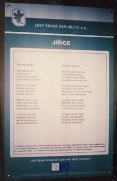 Báseň Ztracený domov přetištěná i s českým překladem z internetových stránek Kohoutího kříže a umístěná na jednom ze zastavení naučné stezky uJiřické nádrže při Pohoří na Šumavě
