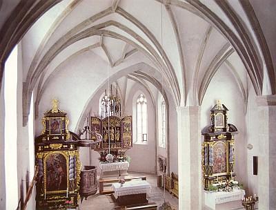 Vnitřek kostelíka sv. Michaela archanděla u obce Oberrauchenödt blízko Freistadtu a detail jeho pozdněgotického křídlového oltáře