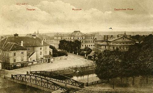 Českobudějovické divadlo v levé části pohlednice míšeňské firmy Hermann Seibt zroku1917